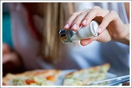 Отличные советы - сколько нужно положить соли в разные продукты и правила приготовления