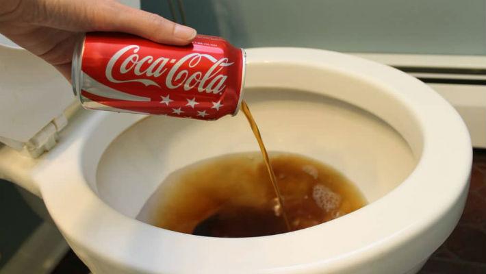 Что будет, если вылить кока-колу в унитаз