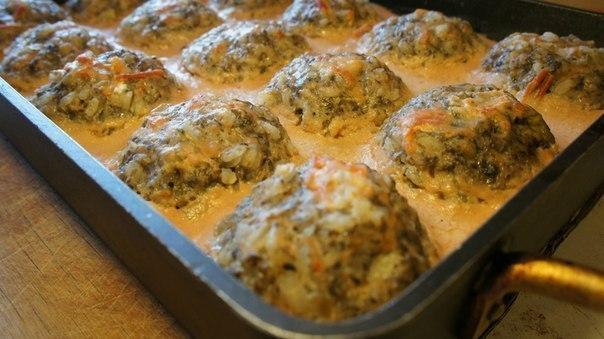 Тефтели с грибами, запеченные в духовке в томатно-сметанном соусе