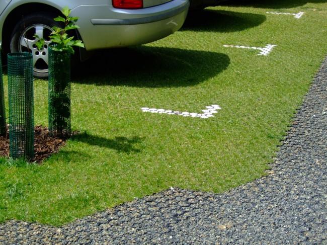 Небольшая парковка на участке, выложенным газонной решеткой