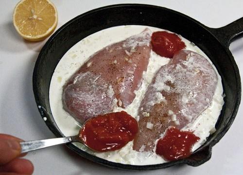 добавление тертых помидоров к куриным грудкам