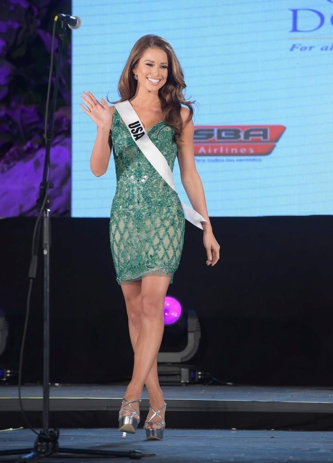 Девушки конкурсанты готовятся к конкурсу красоты Мисс Вселенная 2015.