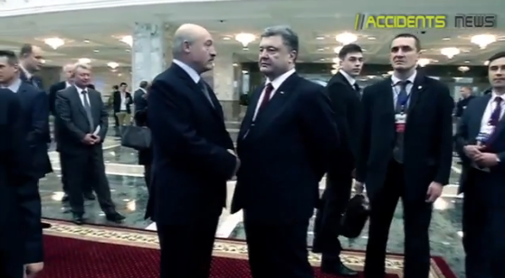Порошенко: «Он нечестно, грязно играет». Лукашенко: «Я знаю!»: видео из кулуаров саммита в Минске