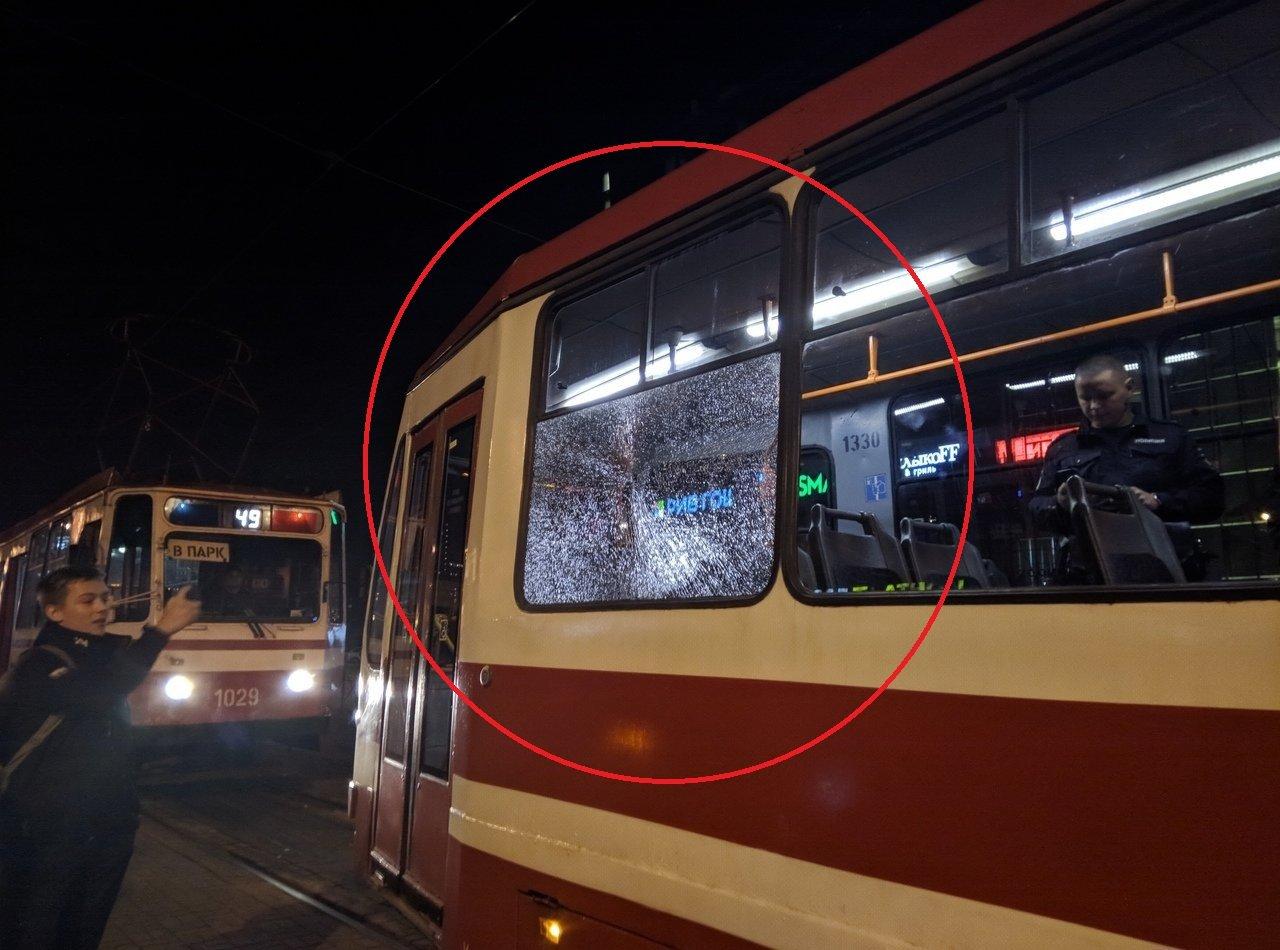 Фото: на Бухарестской неизвестный стрелок атаковал трамвай