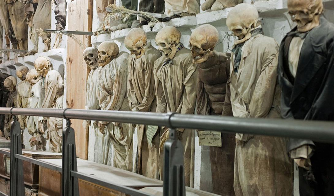 Катакомбы Капуцинов Италия Все катакомбы мира, от Зальцбурга до Парижа, не выглядят так жутко, как сицилийские Catacombe dei Cappucini. На этом религиозном кладбище мумифицированы останки нескольких тысяч монахов.