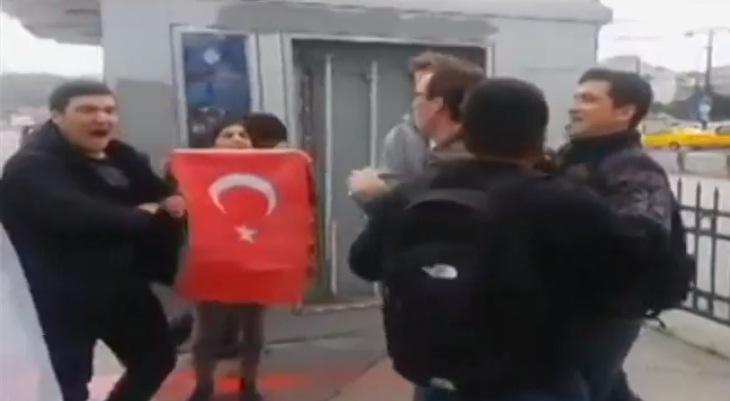 Турецкий пикет: в Стамбуле пойманным американским военным надели на головы пакеты (Видео)