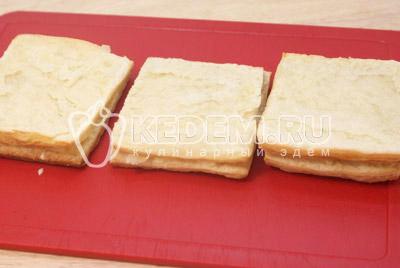 Сформировать пирожные, выкладывая слоями тесто и промазывать кремом. - Слоёные пирожные «Мокрый наполеон». Фото рецепт приготовление слоёных пирожных.