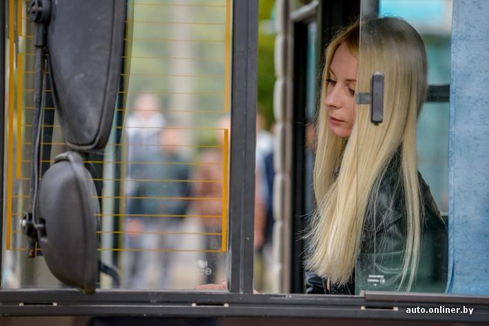Блондинка за рулем желтого МАЗа МАЗа, блондинка