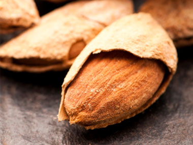 11-calcium-rich-fat-burning-foods-03-almonds-sl