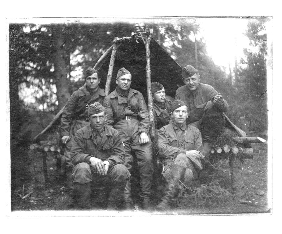 Корнилов Василий Андреевич (стоит в центре)