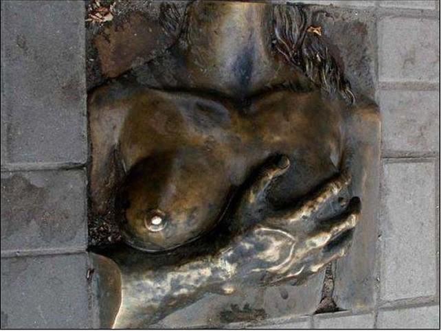 Памятник груди. Ростов-на-Дону Прикольные памятники, факты