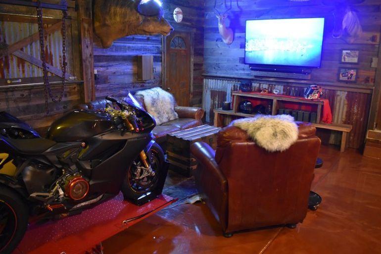 """Мотоциклист превратил неприметный гараж в крутое """"мужское логово"""""""