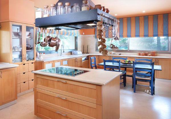 Современная кухня в персиковых тонах