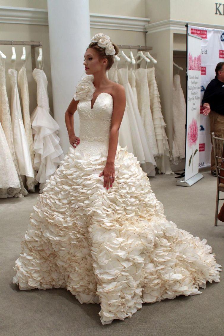 Дизайнеры соревнуются в создании потрясающих свадебных платьев из… туалетной бумаги