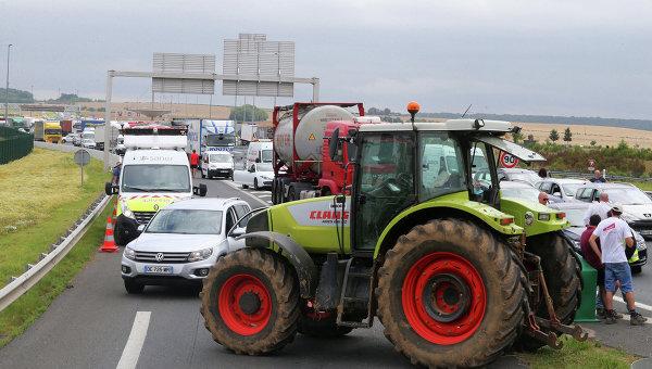Фермеры блокируют шоссе A29, недалеко от платной ворота Жюля Верна около Амьена, Франция
