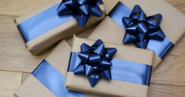 Как сделать бантик с ленты на подарок