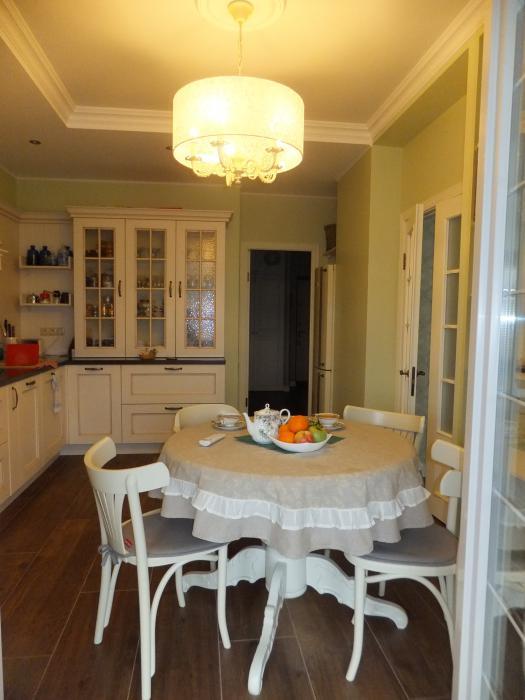 Интерьер кухни, белый обеденный стол