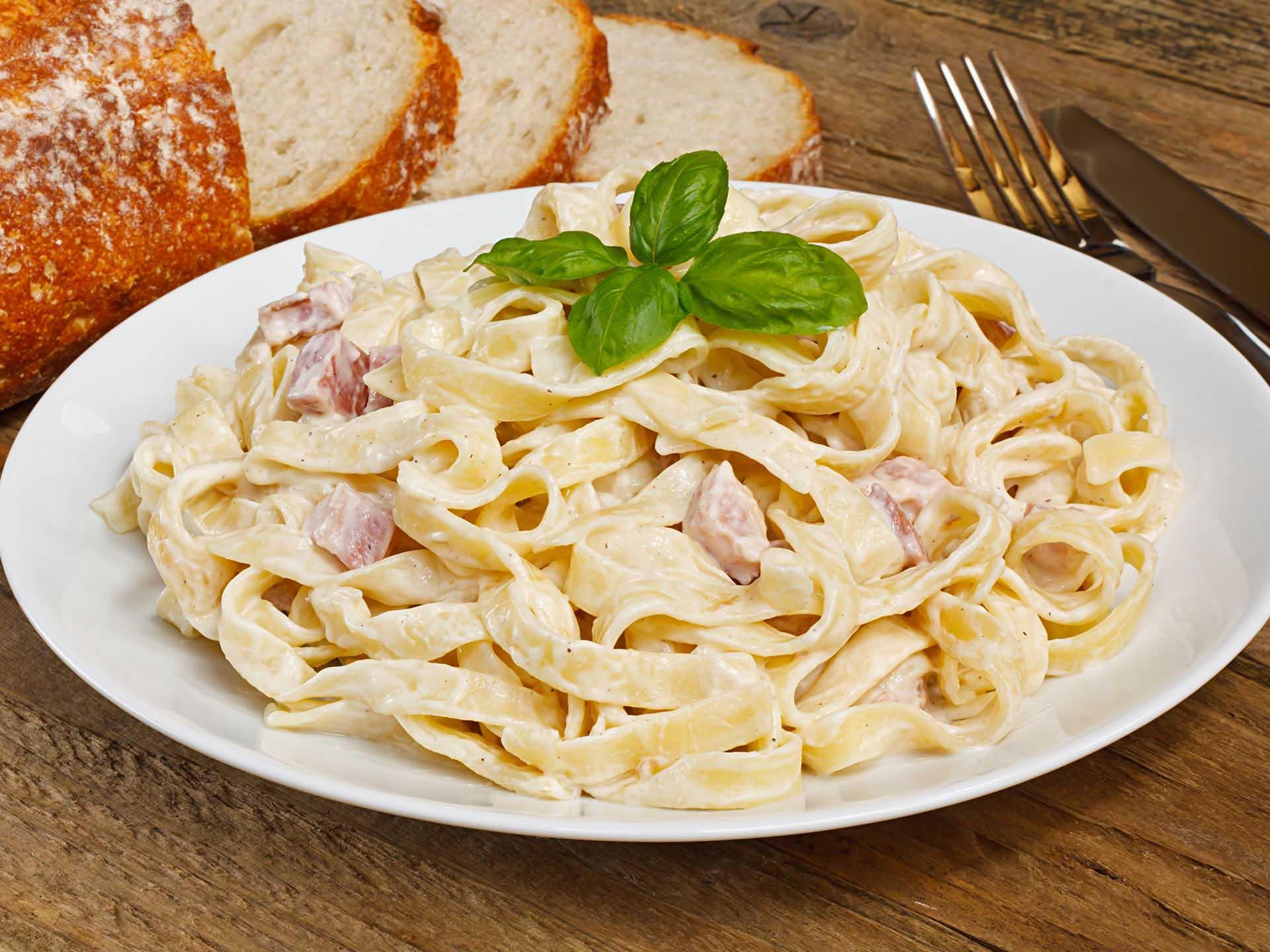 Спагетти с беконом в сливочном соусе