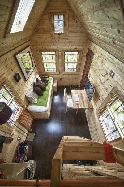 Маленький и компактный домик в два яруса со всеми удобствами для загородного участка