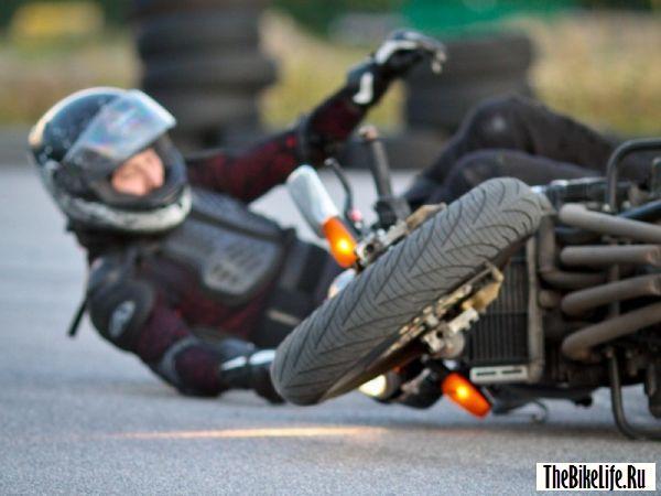 Падение райдера с мотоцикла.