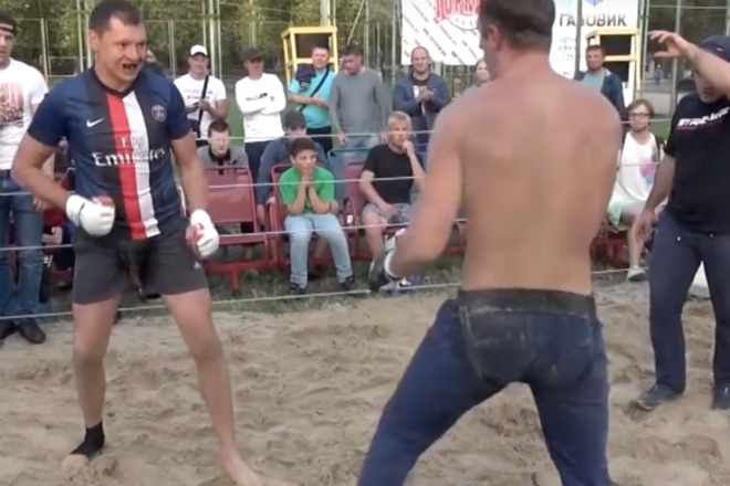 Старый футболист вышел против злобного ММА-бойца