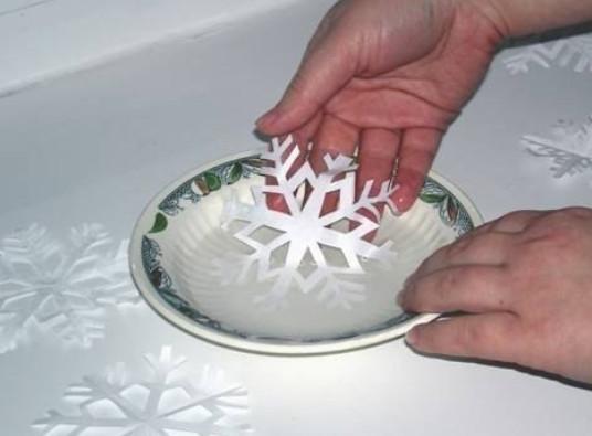 Новогодний снежный рисунок на окне, который без труда отмывается водой