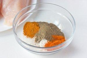 Соединяем соль, чёрный молотый перец, красный молотый перец, паприку.