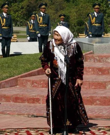 Умерла жительница Киргизии, взявшая 150 детей из блокадного Ленинграда