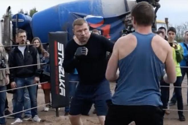 Дальнобойщик вышел в ринг против профессионального бойца ММА