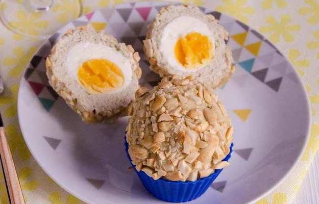 Яйца в курином филе с арахисом