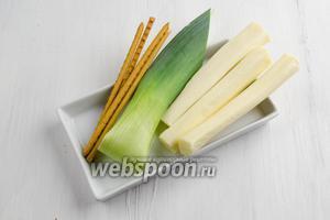 Чтобы приготовить закуску, нужно взять сыр Сулугуни (рассольный), соломку солёную, перо лука-порея.