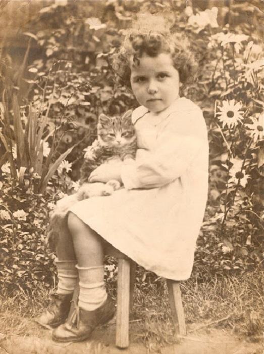 Кошка и маленькая девочка.