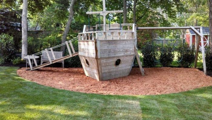 Детский корабль, изготовленный из подручных средств.