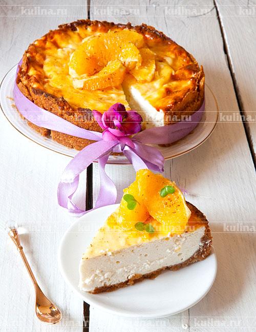 Разложить апельсины на поверхности торта и подать к столу. Приятного аппетита!