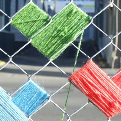 Как украсить забор из сетки рабицы фото своими руками