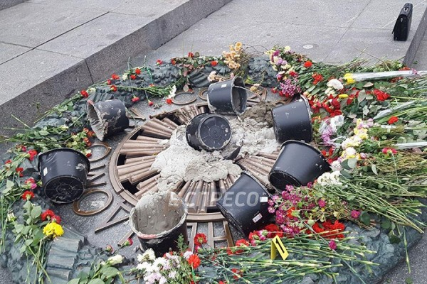 В Киеве залили раствором Вечный огонь