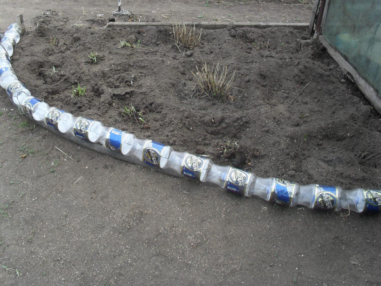 Ограждение для клумбы из пластиковых бутылок своими руками