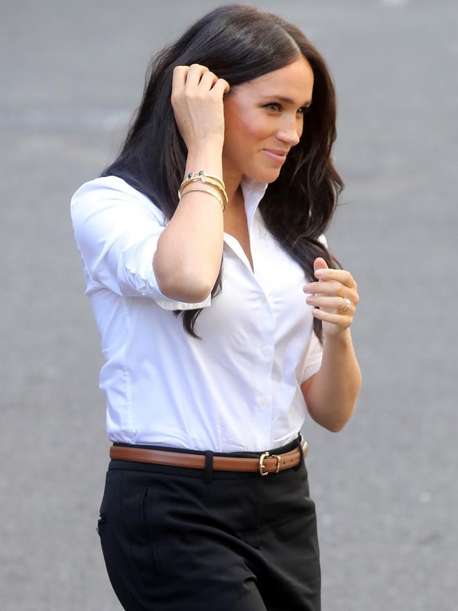 Чем дополнить белую рубашку и черные брюки? Меган Маркл выбрала идеальные лодочки (фото 0.1)