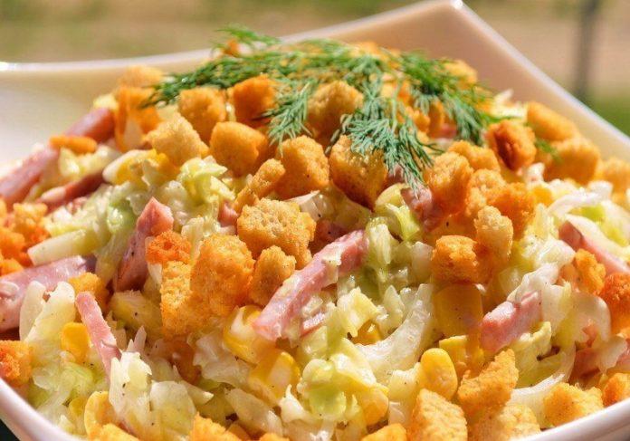Свежий салатик с сухариками. Всегда готовлю, когда нужно удивить!