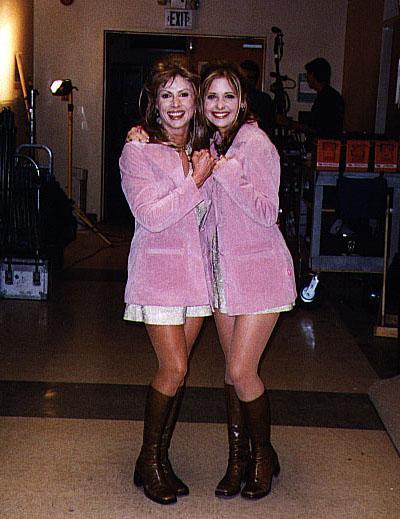 Сара Мишель Геллар (Sarah Michelle Gellar), а по совместительству - Баффи, истребительница вампиров, - с дублершей.