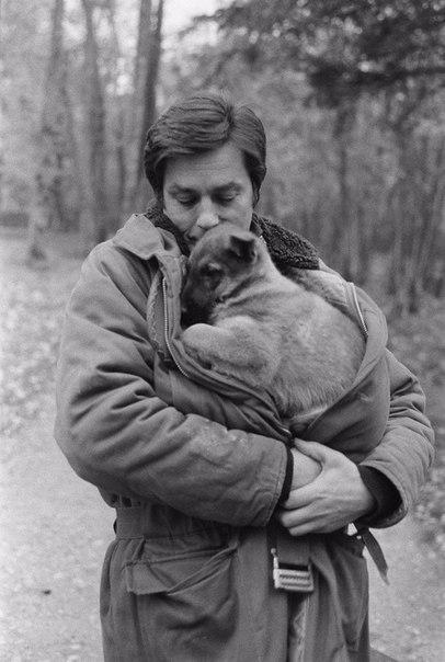 В молодости Ален Делон носил военные куртки, чтобы было удобнее согревать всех щенков на пути
