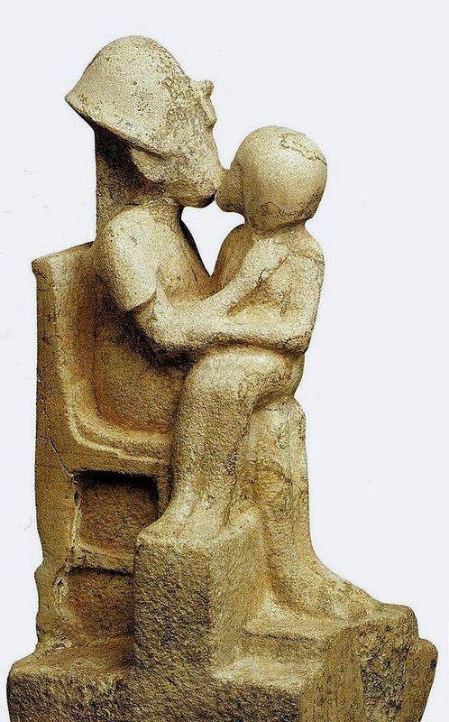Хватит секса египетских богов? Перейдем к людям. Вот вам пожалуйста, фараон целует свою наложницу. Амарна. XIV в. до н.э. древний египет, интересно, история