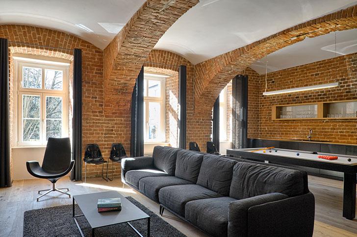 Кирпичные стены и бильярдный стол: квартира футболиста в Словении