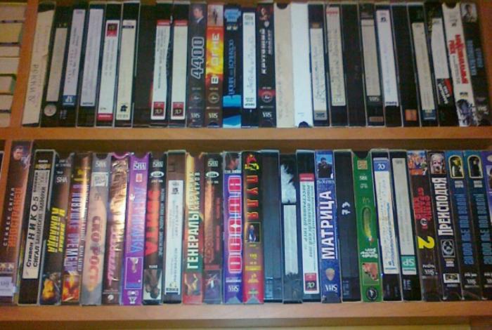 Коллекция видеокассет с любимыми фильмами.