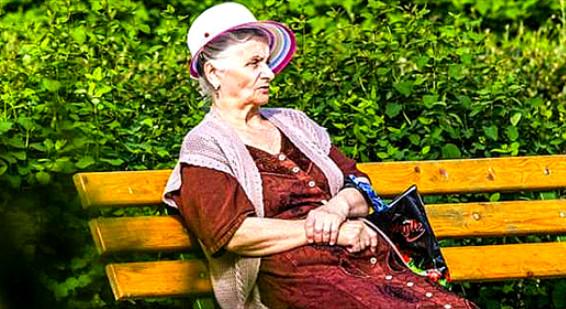 Противная баба Аня... Она всегда сидела у нашего подъезда.