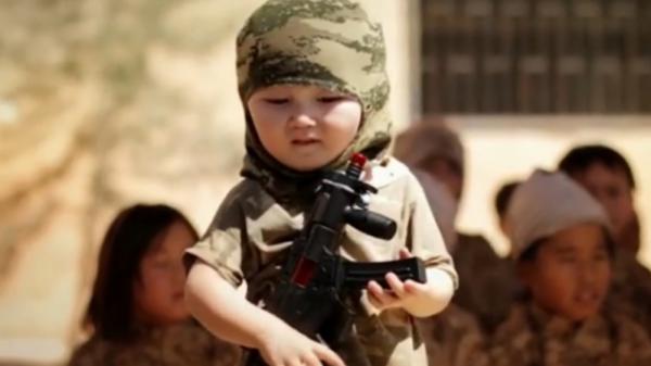 """Боевики ИГИЛ начиняют головы мальчиков """"взрывчаткой"""""""