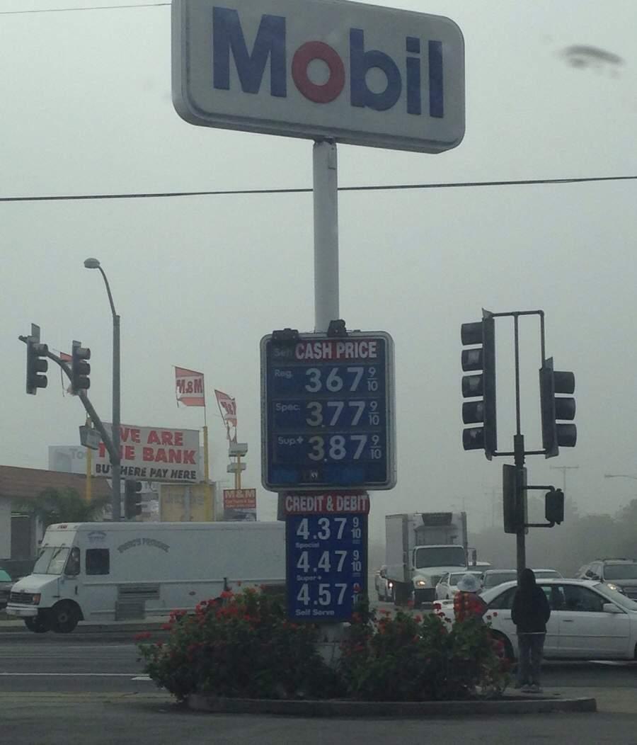 """За """"налик"""" бензин в США дешевле. Почему?"""