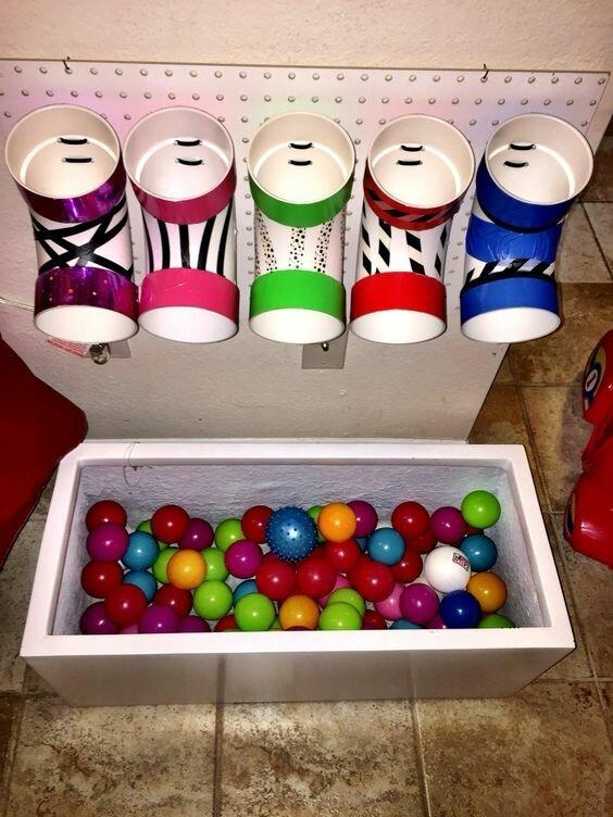А еще можно изучать цвета - разноцветные шарики каждый в свою лунку Фабрика идей, гениально, дети, занятие, интересное, родители, увлечение