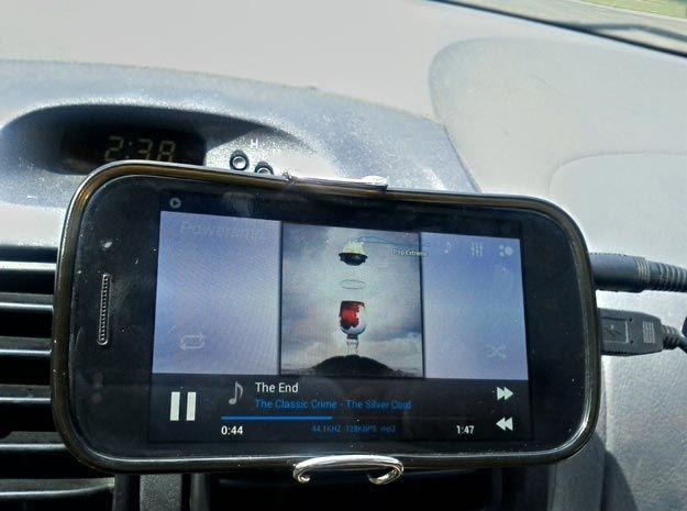 Если вы используете свой телефон в качестве ГПС, а держателя нет, просто сделайте его из канцелярской резинки и офисного зажима авто, интересно, полезные вещи