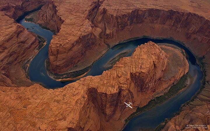 """""""Подкова"""" - живописный меандр реки Колорадо в США"""